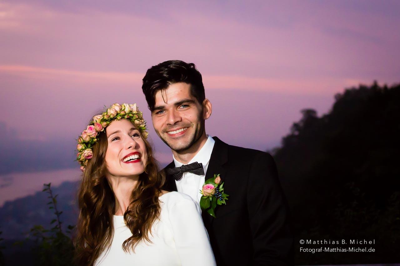 Bei einer Traumhochzeit auf dem Drachenfels bei Königswinter in der Nähe von Bonn hat der Hochzeitsfotograf Matthias Michel dieses schöne Brautpaar im Sonnenuntergang fotografiert.